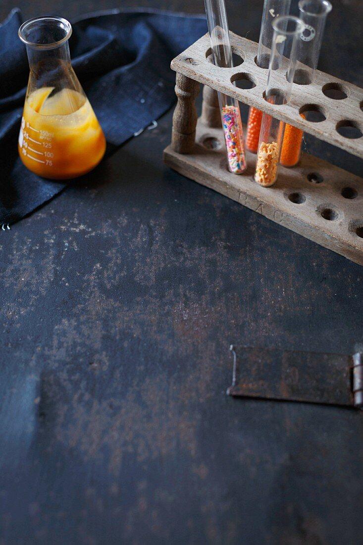 Karamellsauce und bunte Zuckerperlen für die Milchshakedekoration