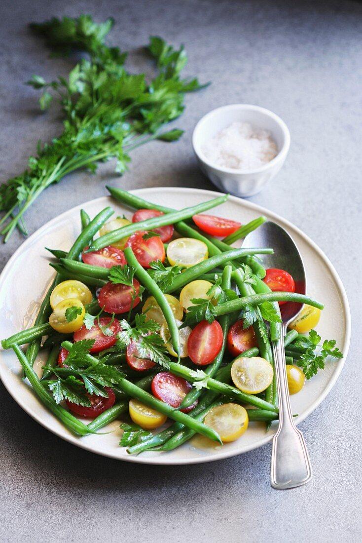 Salat mit grünen Bohnen, Kirschtomaten und Petersilie