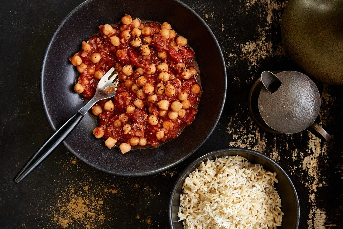 Vegetarian chickpea masala with tomatoes (India)