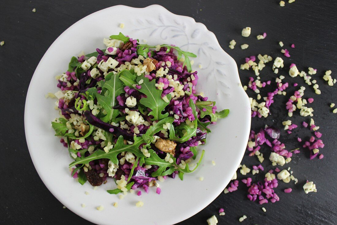 Red cabbage and bulgur wheat salad with rocket