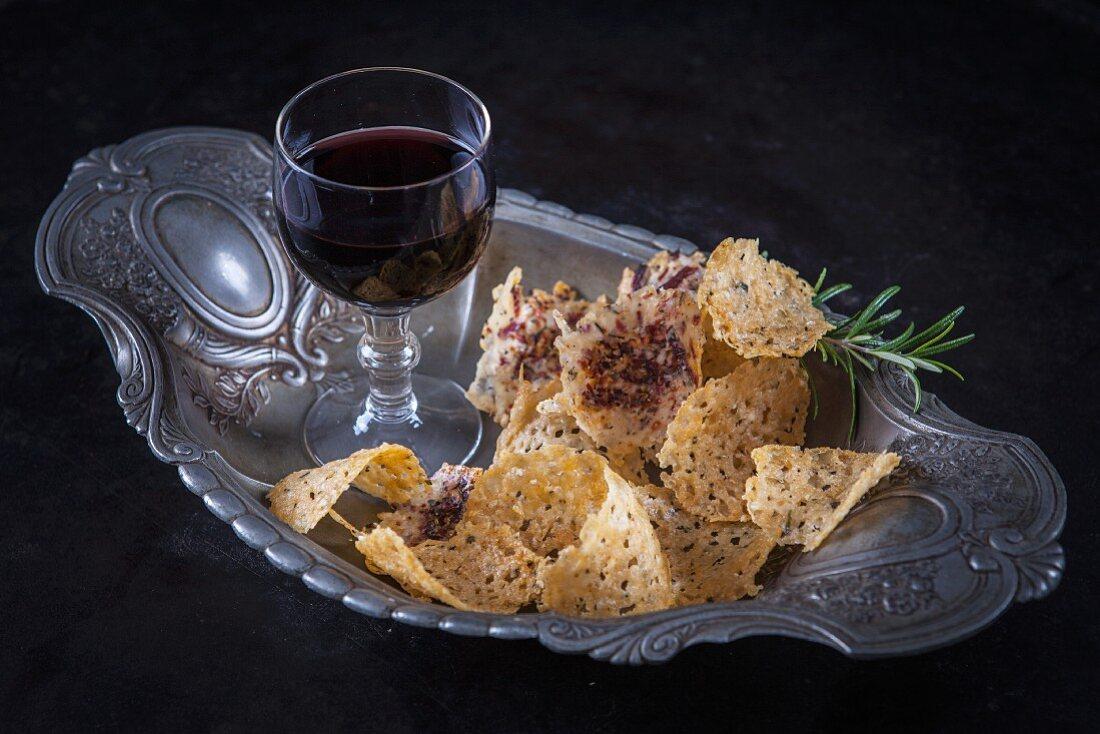 Käsechips und ein Glas Rotwein