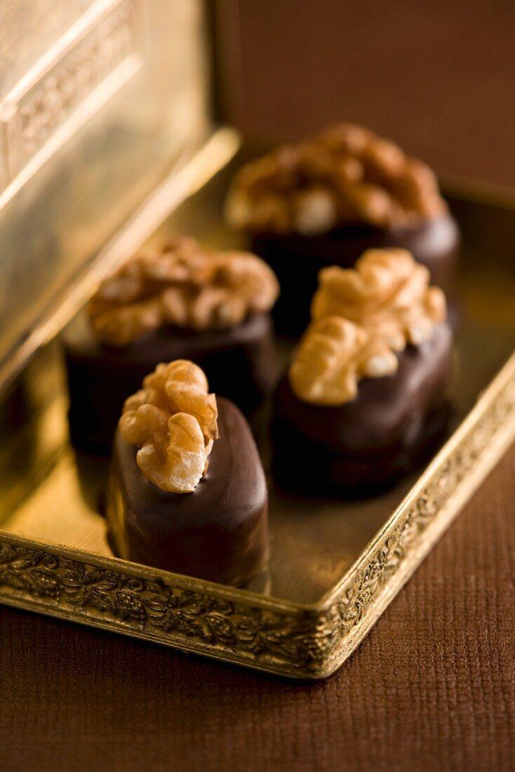 Pralines with walnut kernels