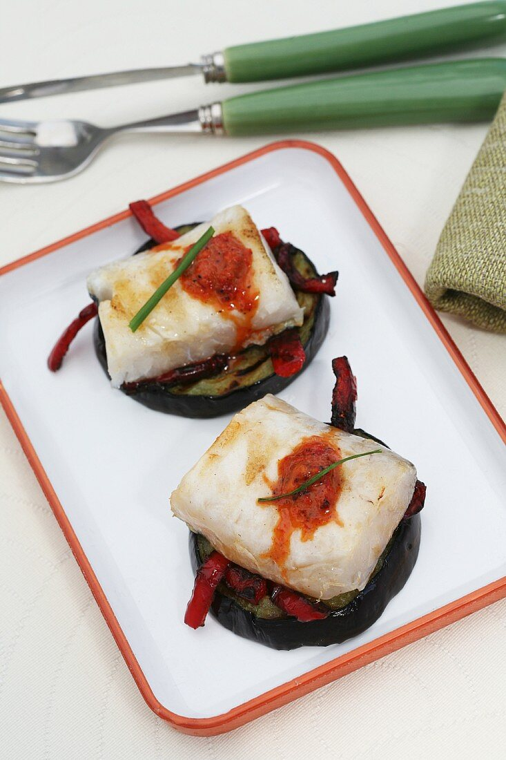 Hake on grilled aubergines with peppers