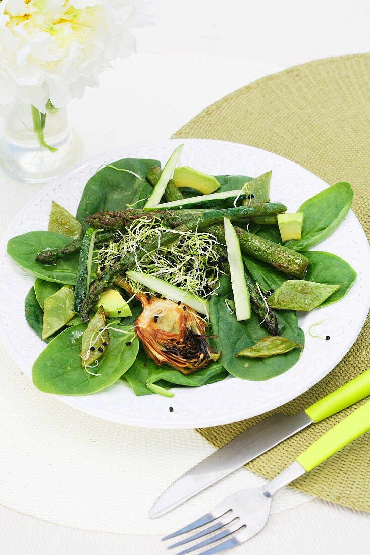 Asparagus and spinach salad with sprouts and fried artichokes