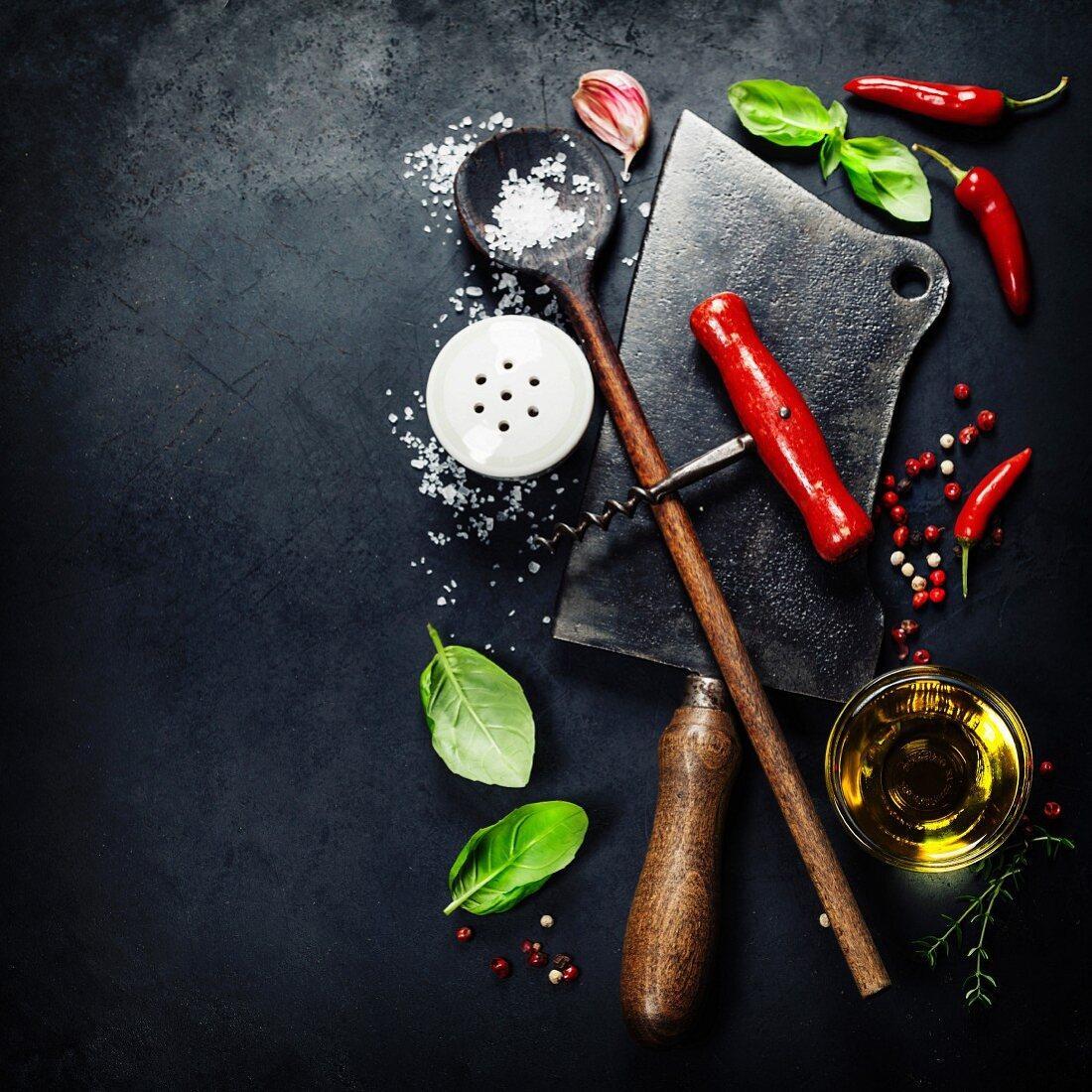 Antike Küchenutenslien und frische Zutaten auf dunklem Hintergrund