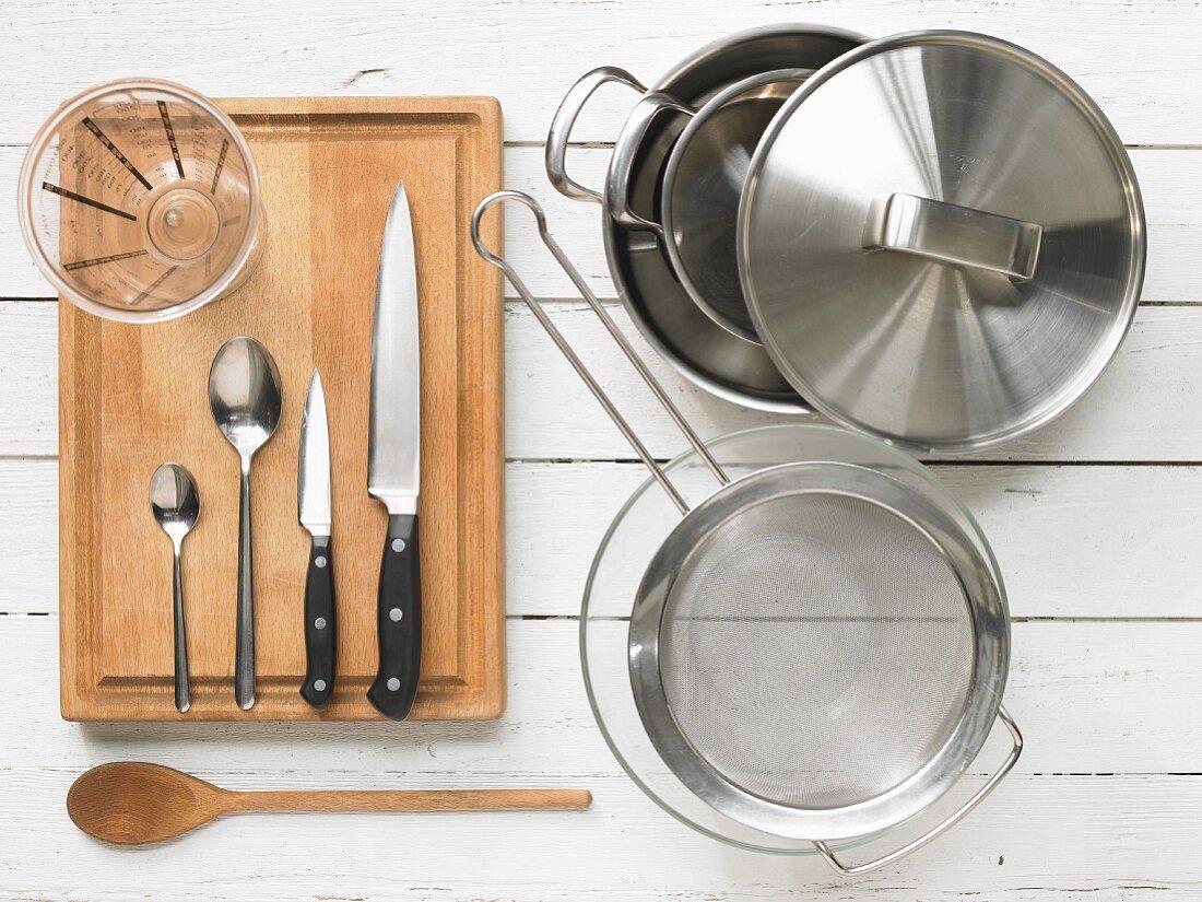 Küchenutensilien zur Zubereitung von Fischcurry mit Gemüse
