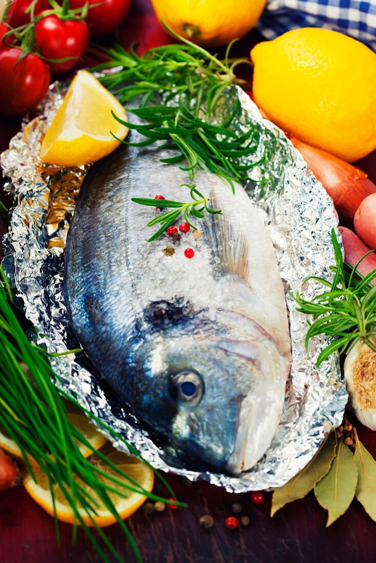 Frische Dorade Fisch mit Kräutern in Alufolie