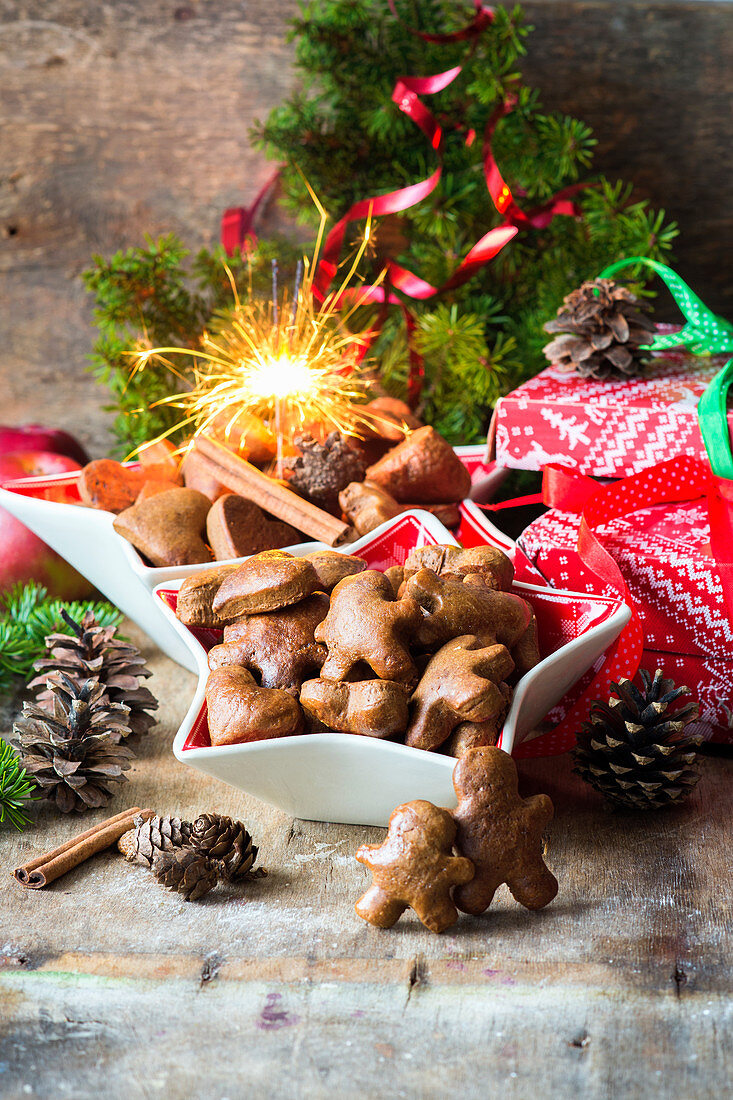 Gingerbread men, Christmas gifts and a sparkler