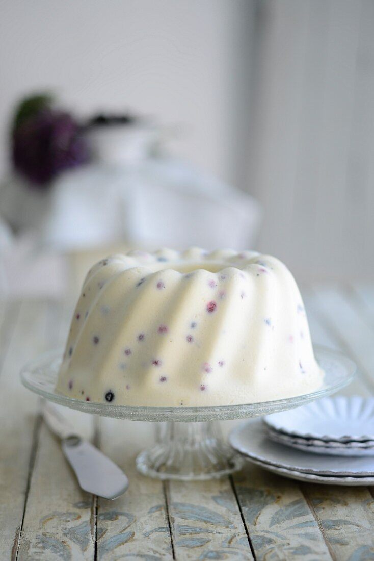 White chocolate gugelhupf with currants