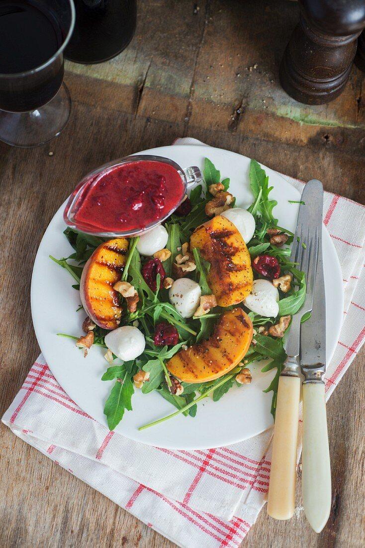 Salat mit gegrillten Pfirsichen, Mozzarella, Walnüssen, Kirschen und Kirschdressing
