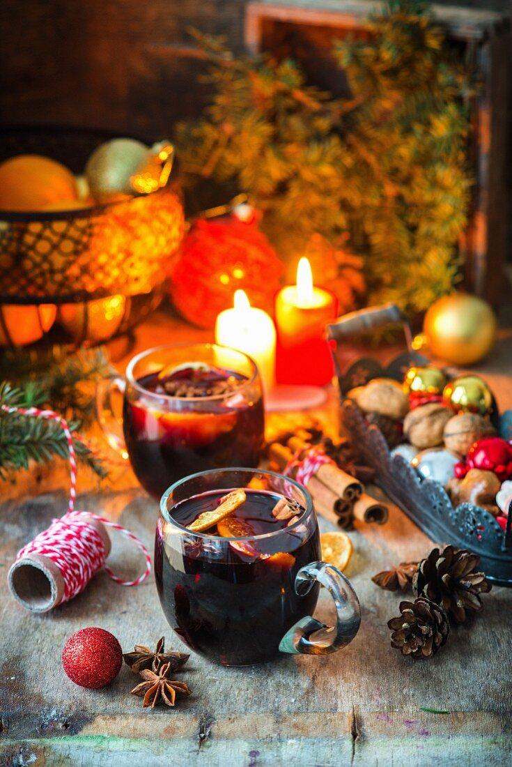 Glühwein auf weihnachtlichem Tisch