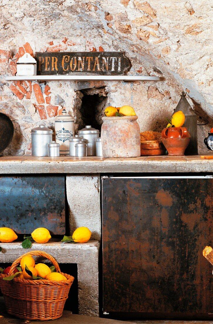 Rustikale Ziegel-Gewölbeküche mit Zitronen dekoriert