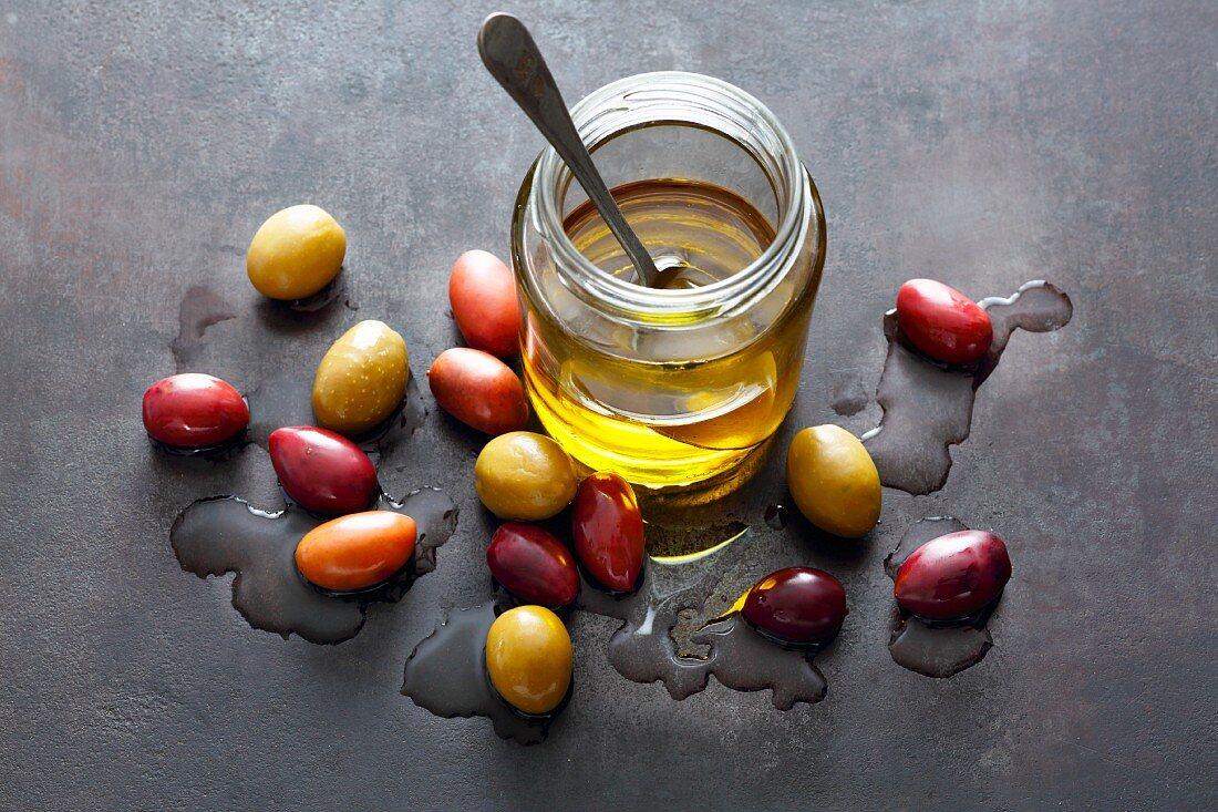 Frische Oliven und Olivenöl