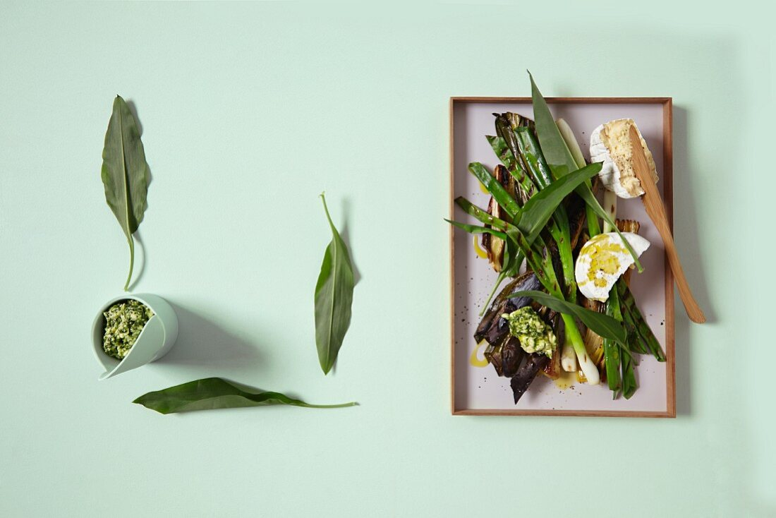 Grilled spring onions with bear's garlic butter and white cheese