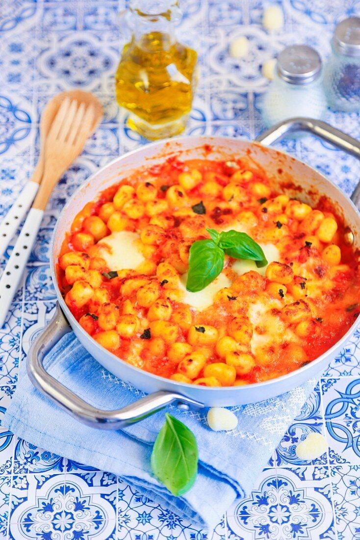Gnocchi gratin with mozzarella and tomato sauce