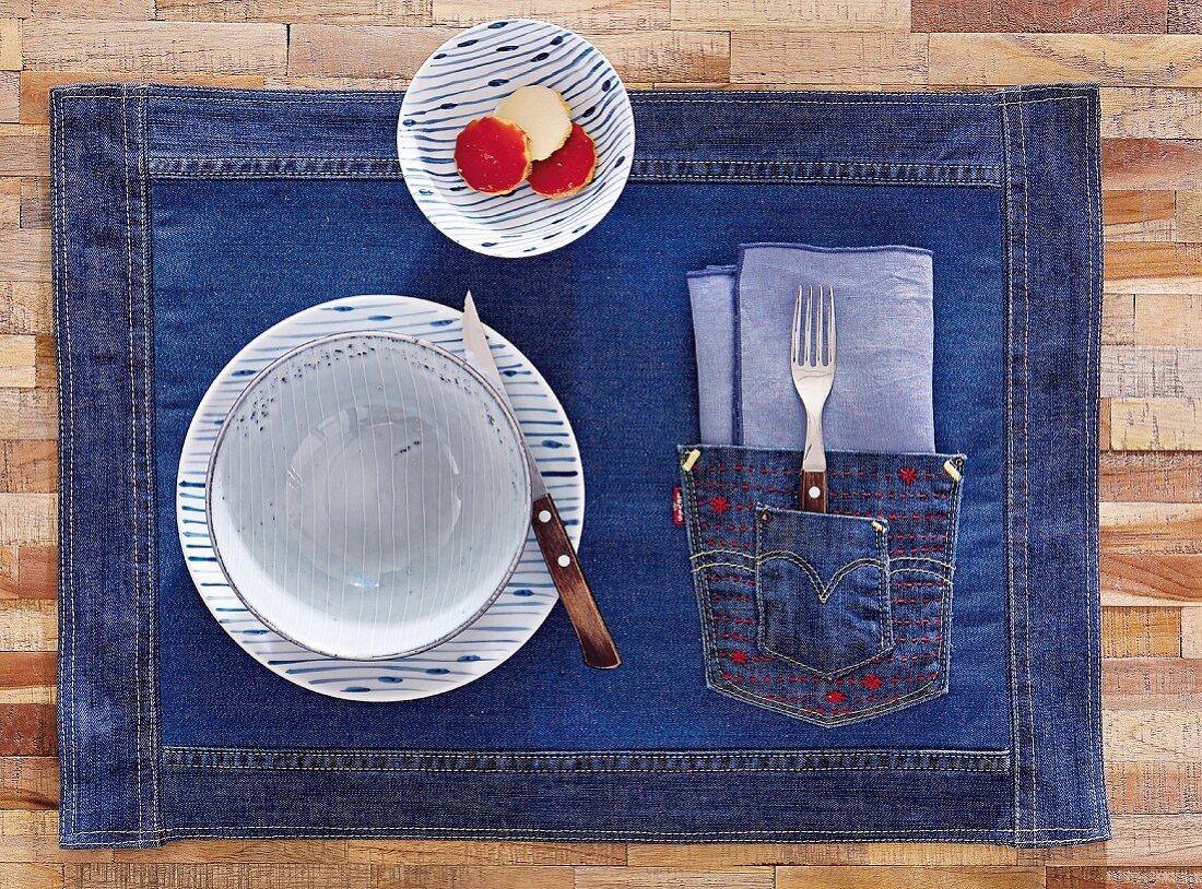 Tischset aus Jeansstoff mit Aufsatztasche und farbiger Stickerei