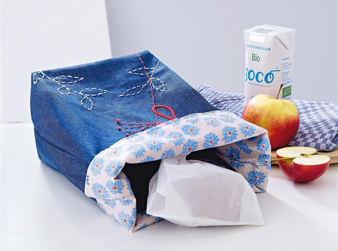 Lunchbag aus Jeansstoff mit aufgestickten Blüten