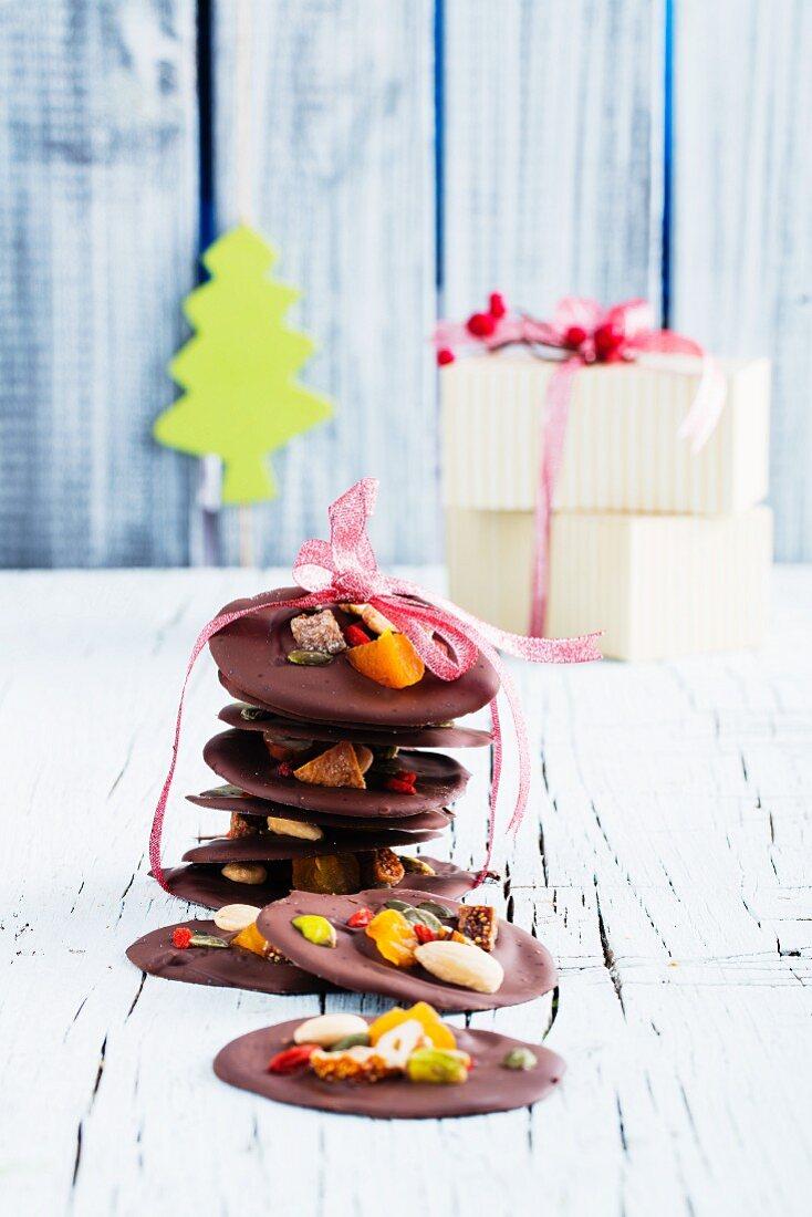 Mendiants (Schokoladenkonfekt mit Nüssen und Trockenfrüchten, Frankreich) zum Verschenken