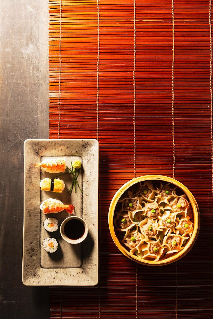 Wan Tans mit Hähnchen und Sushi mit Sojasauce