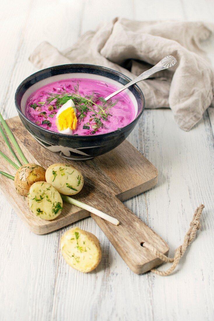 Kalte Rote-Bete-Suppe mit Kartoffeln und gekochten Eiern