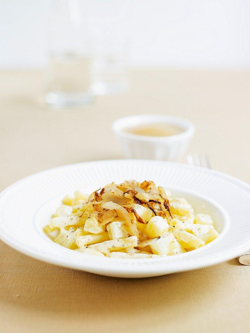 Älpler Magronen mit Apfelmus (Schweizer Gericht)