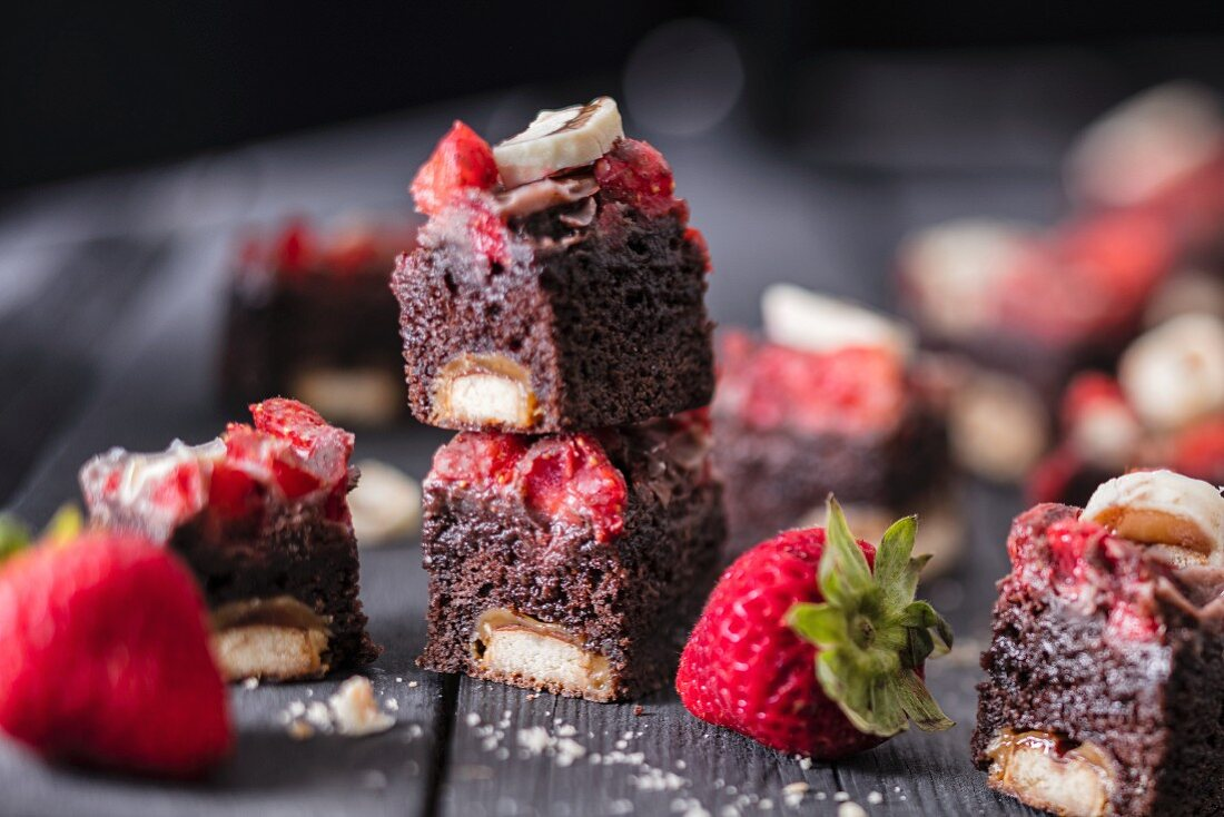 Chocolate strawberry cake with chocolate caramel biscuit bars
