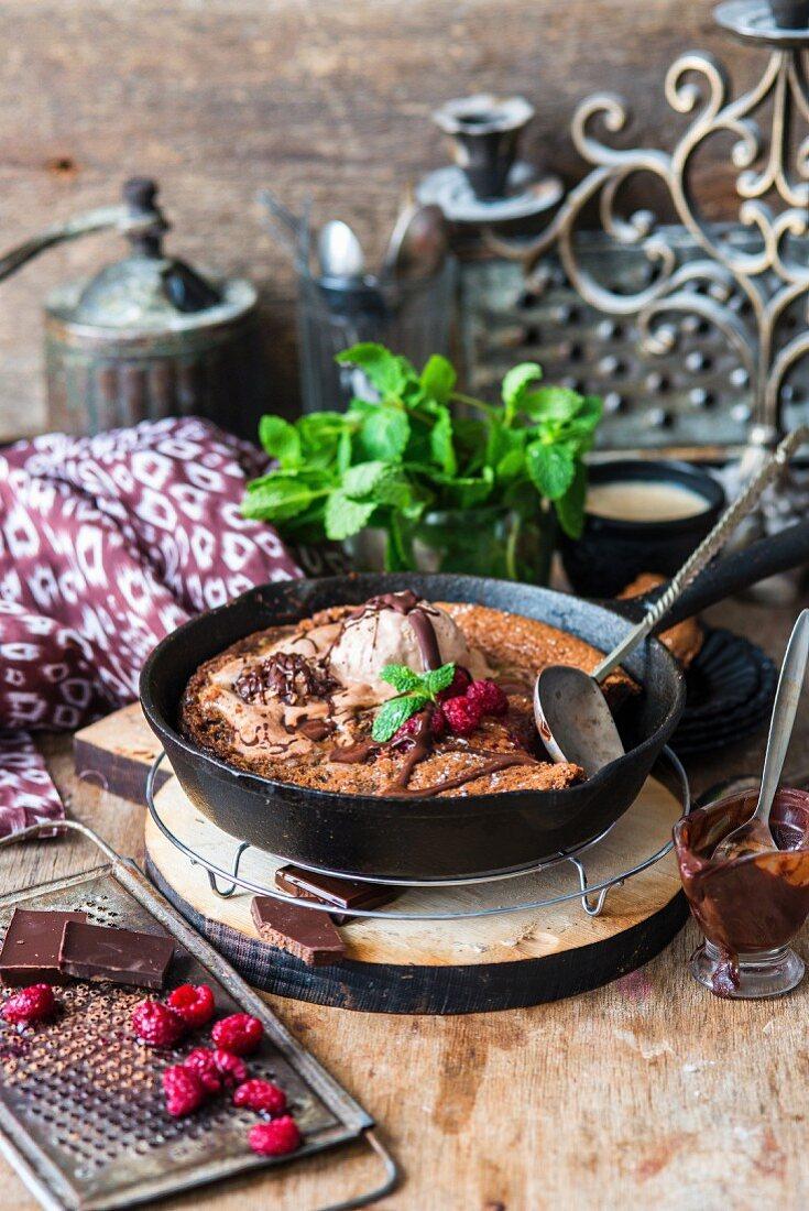 Schokoladenpfannkuchen mit Himbeeren und Eiscreme in Pfanne