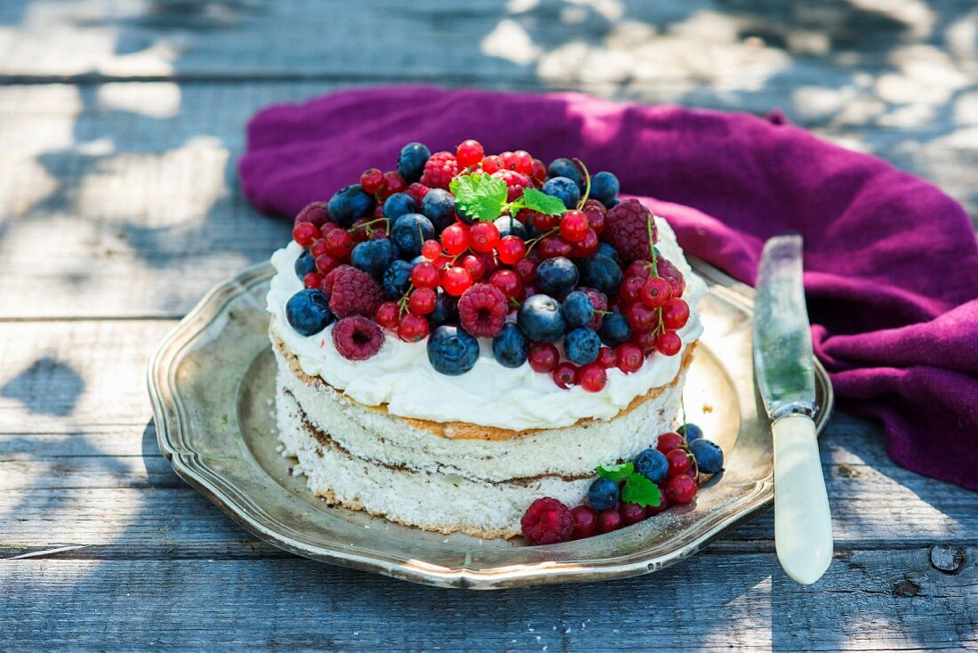 Cake with cream cheese and fresh berries