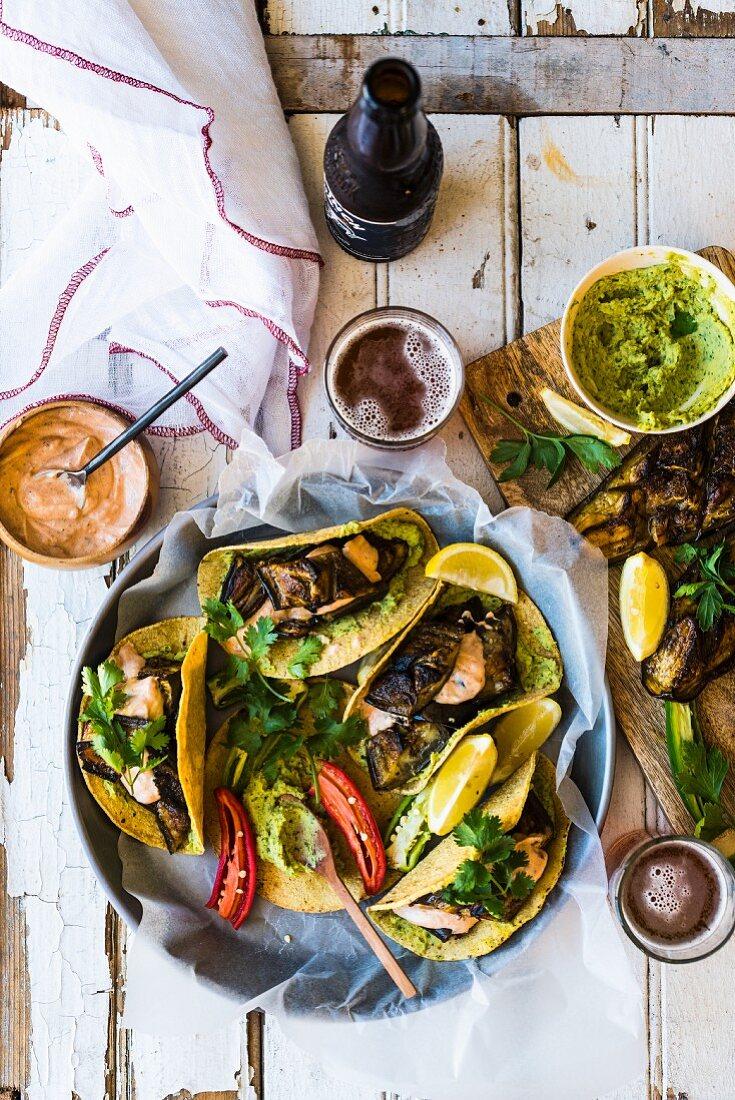 Taco-Shells mit gebratenen Auberginen und Hummus
