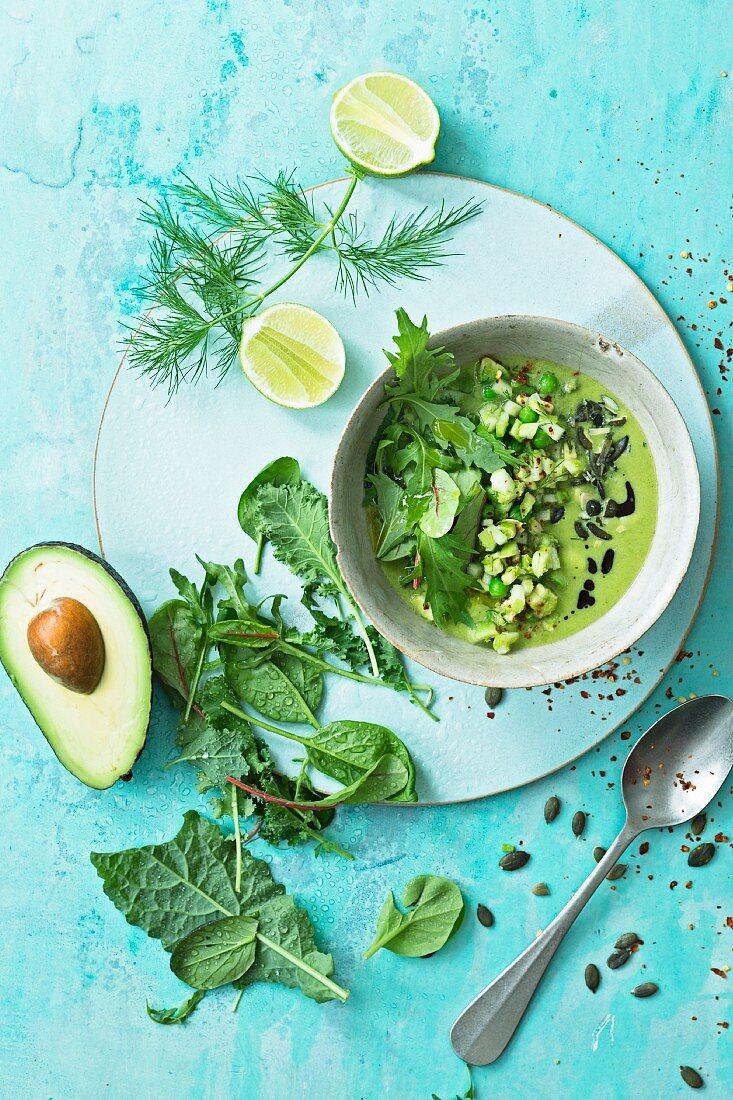 Suppen-Bowl mit Erbsencreme und Avocado-Apfel-Salsa