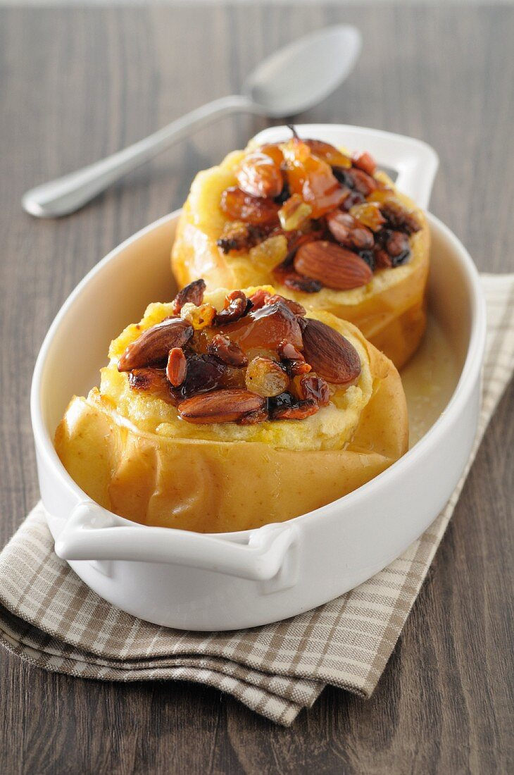Baked apples with raisins and almonds