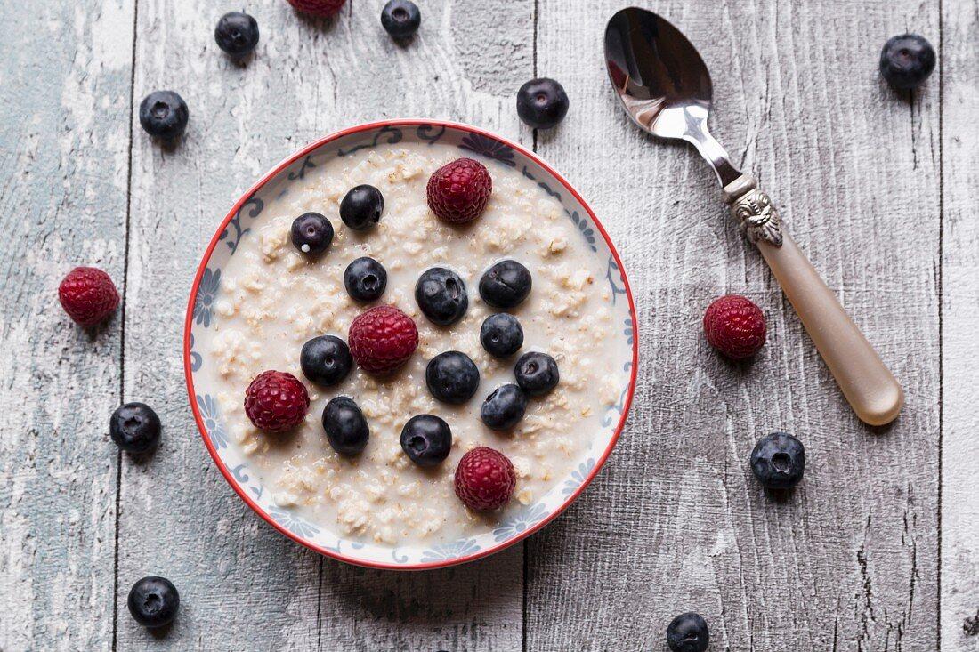 Porridge with amaranth, raspberries and blueberries