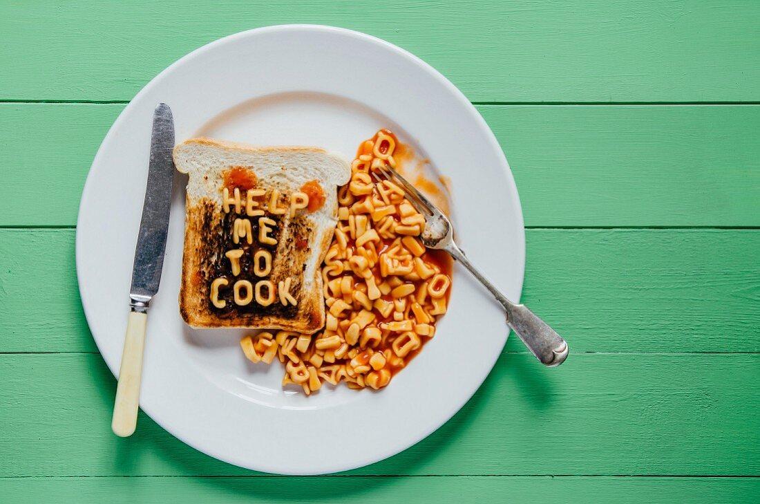 Buchstabennudeln und angebrannter Toast