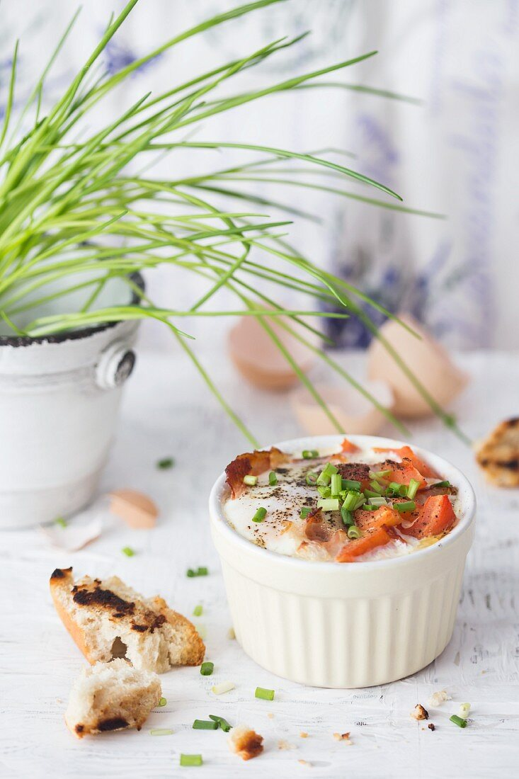 Gebackene Eier mit Speck, Tomaten und Schnittlauch