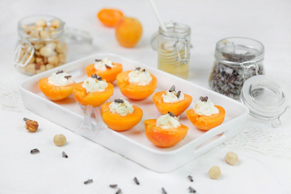 Aprikosen mit Frischkäse, Honig und Schokolade