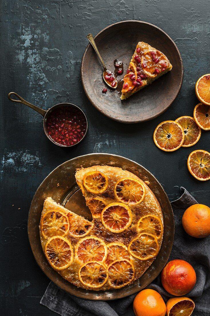 Upside Down Cake mit Blutorangen und Granatapfelsirup (Aufsicht)