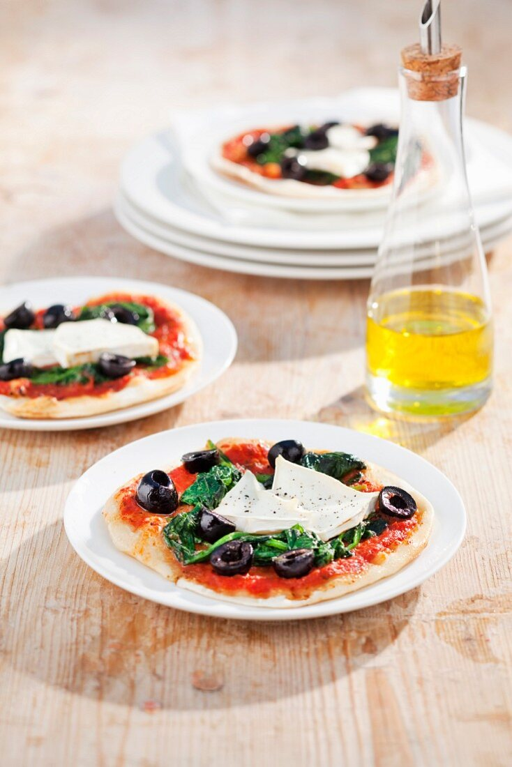 Goat's cheese and spinach pizza