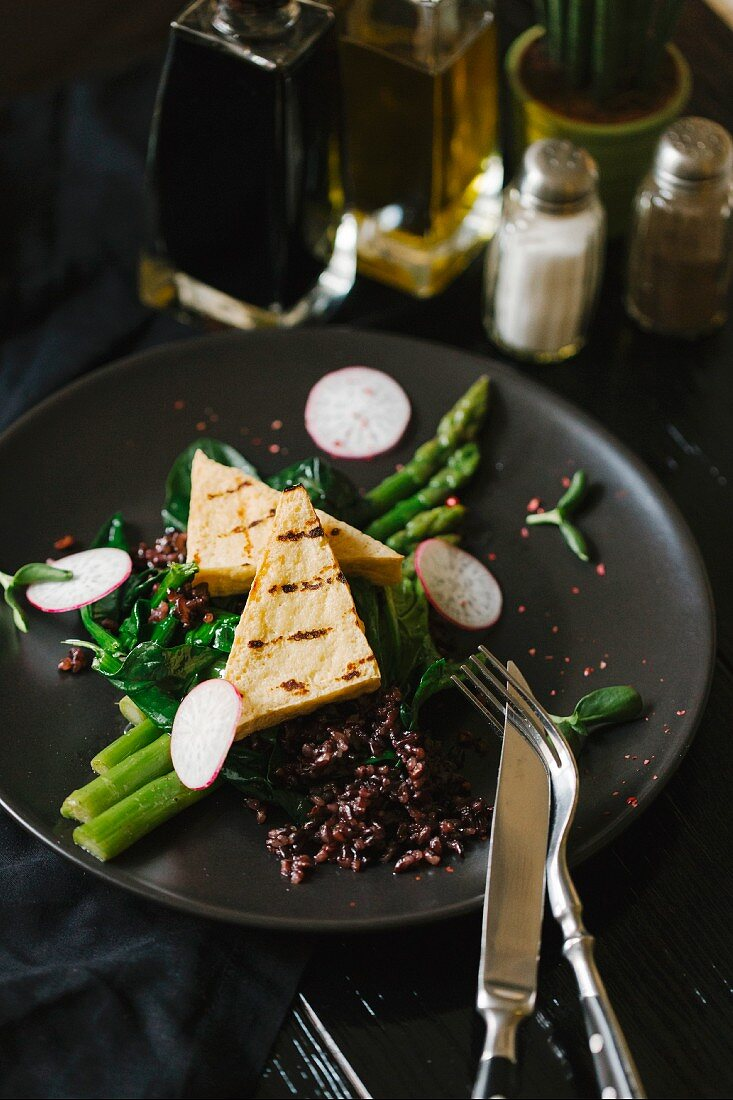 Asparagus with grilled cheese, rice and radishes