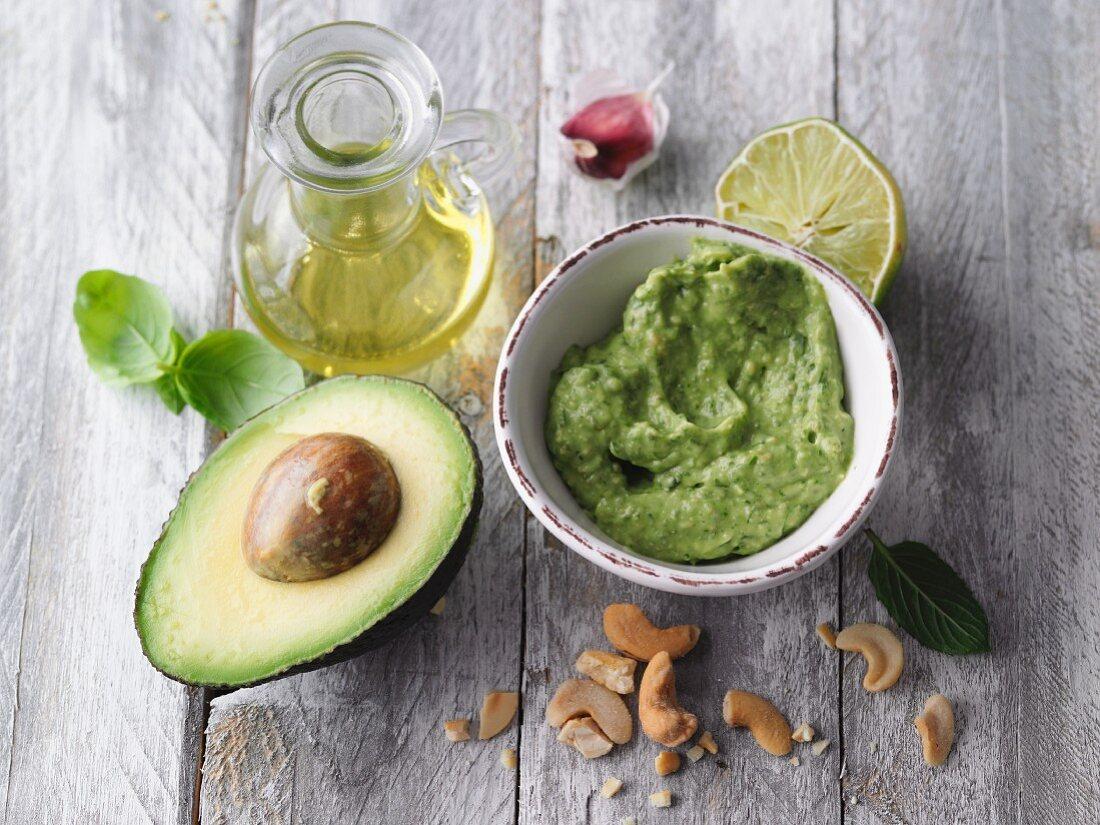 Vegan avocado pesto with cashews