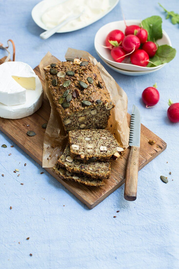 Linseed and nut bread with psyllium seeds (low carb)