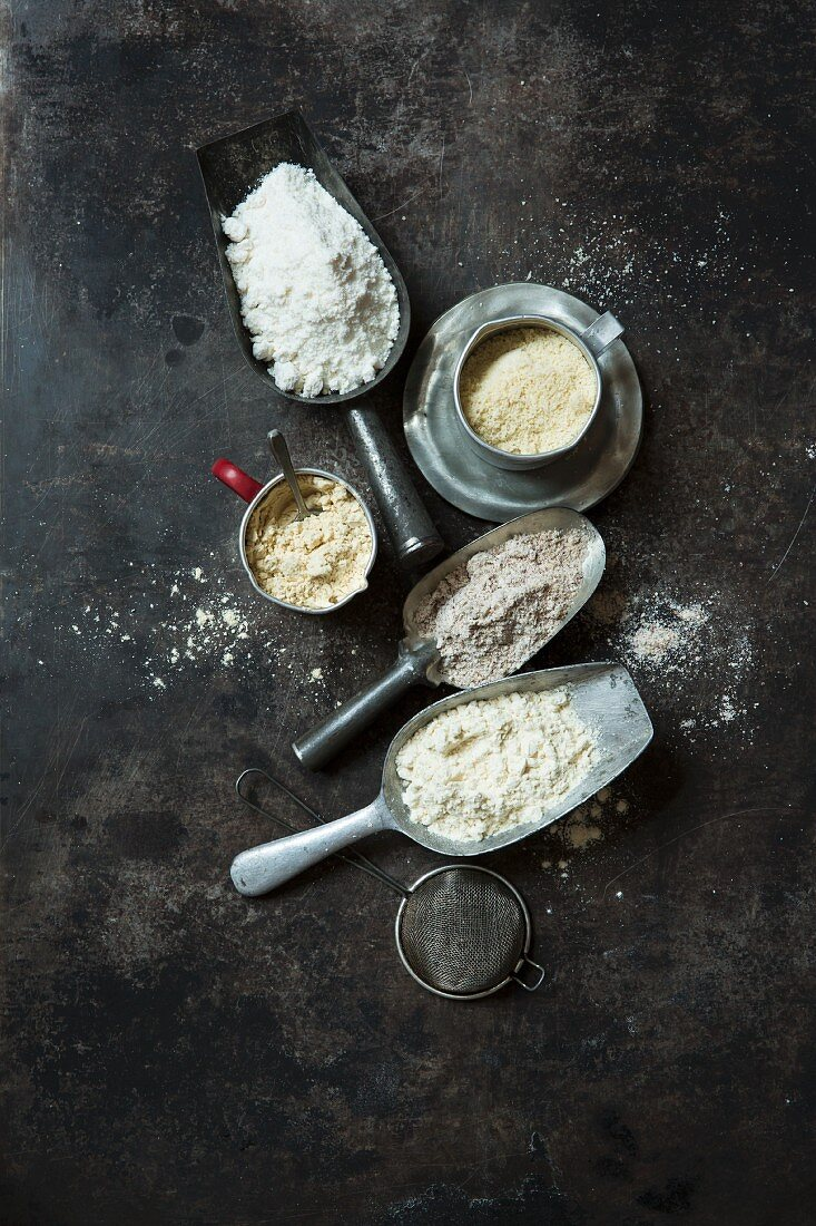 Low-carb flour substitutes (coconut flour, linseed flour, almond flour, soya flour, protein powder)