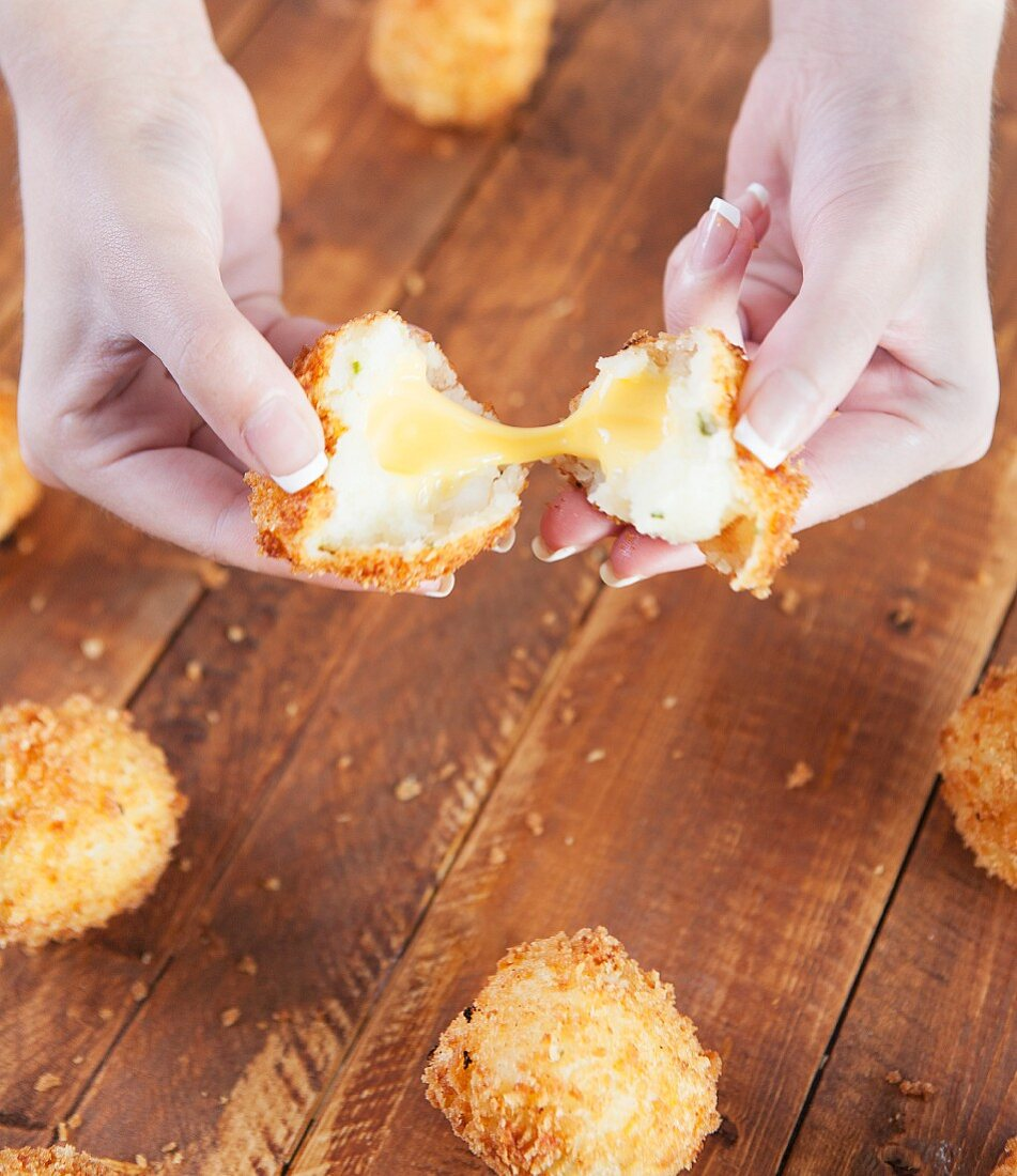 Fried potato balls filled with cheese (USA)