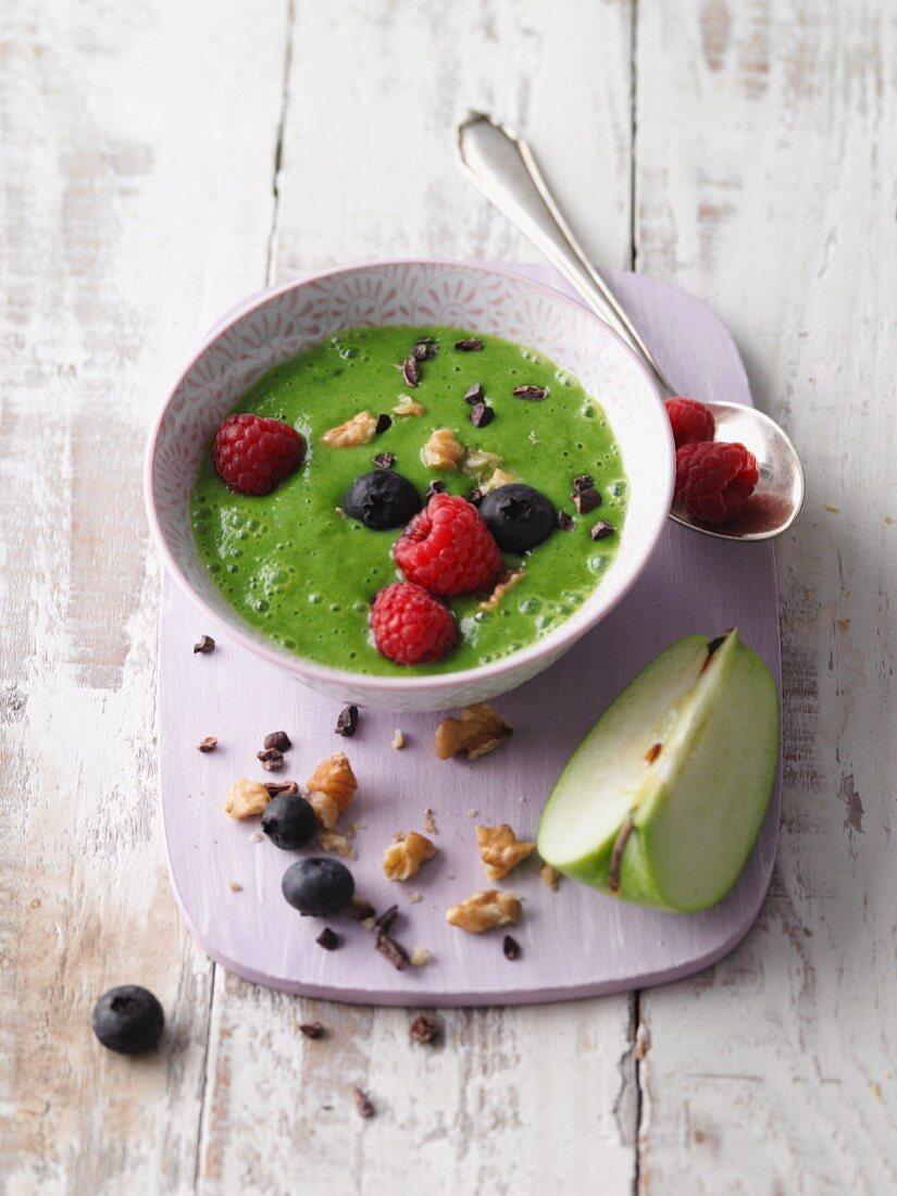 Grüne Smoothie-Bowl mit Apfel, Brokkoli, Babyspinat und Beeren (Sirtfood)