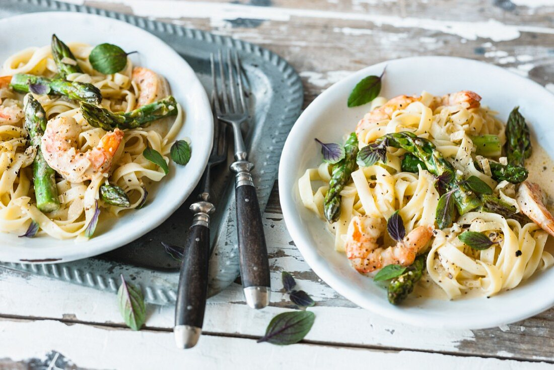 Tagliatelle with asparagus and prawn sauce