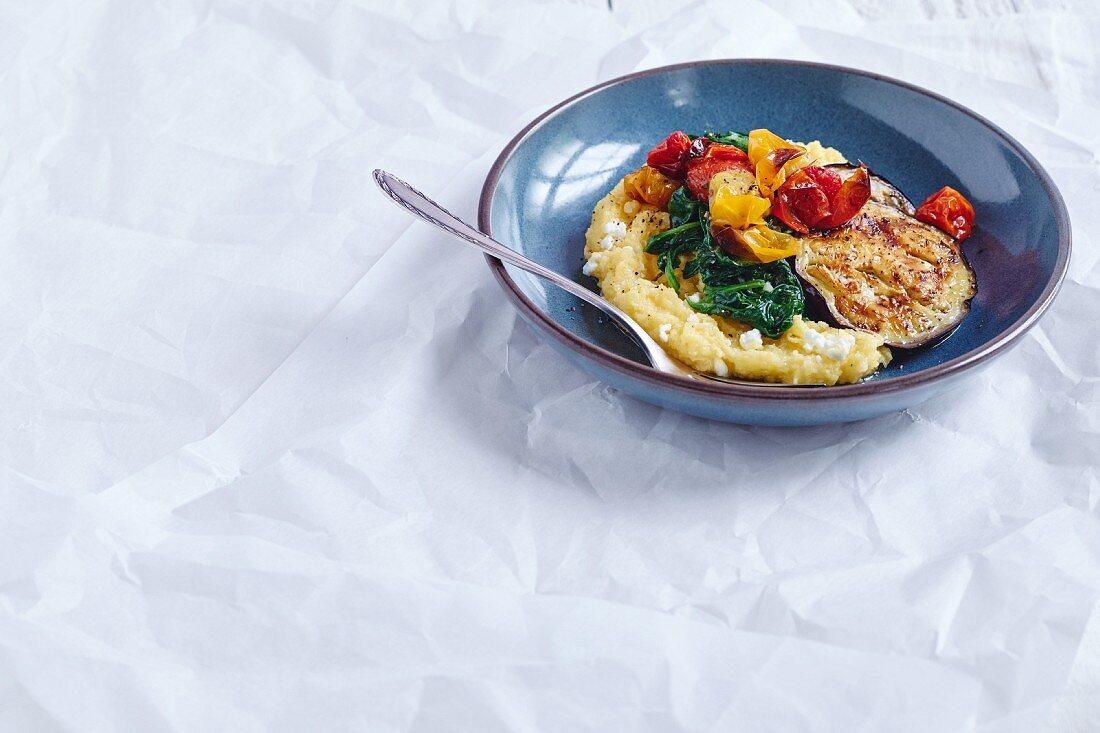 Kirschtomaten aus dem Ofen mit Polenta, Auberginen und Spinat