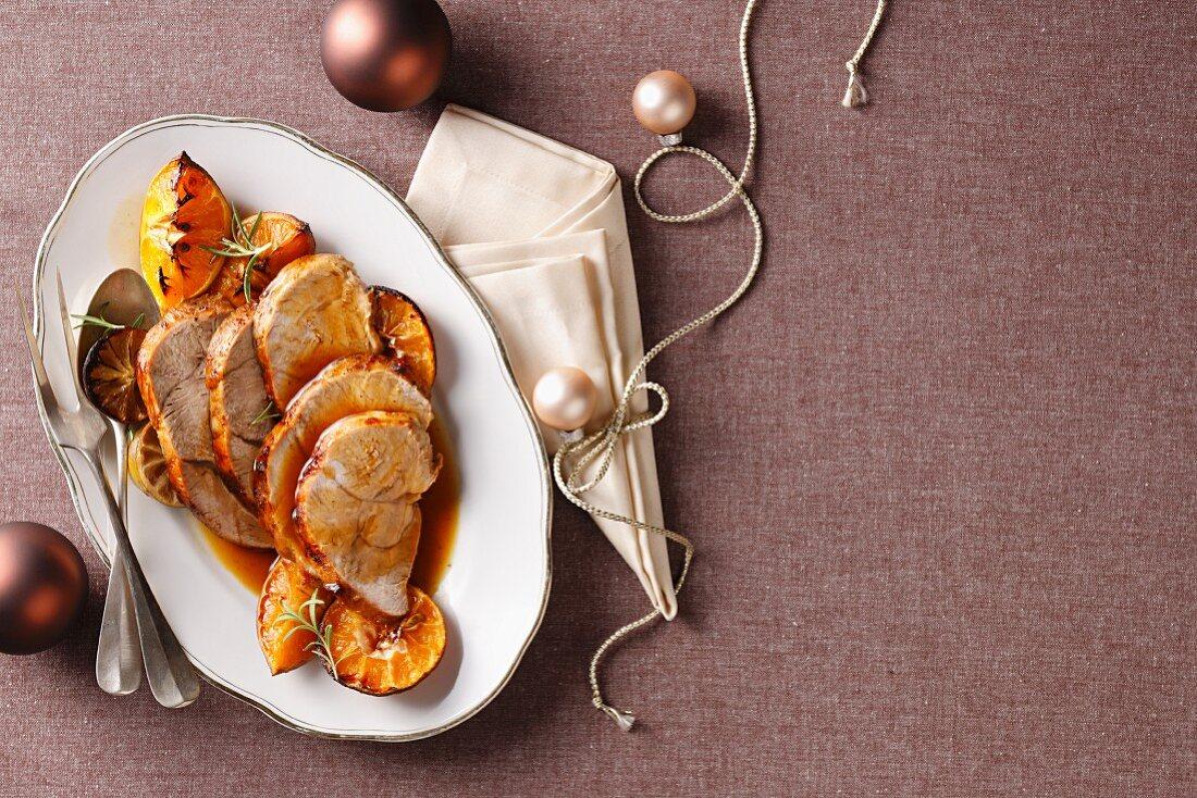 Kalbskeule in Scheiben mit Orangen und Rosmarin zu Weihnachten