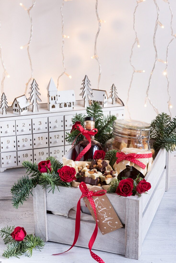 Verschiedene weihnachtliche Geschenke aus der Küche in Holzkiste