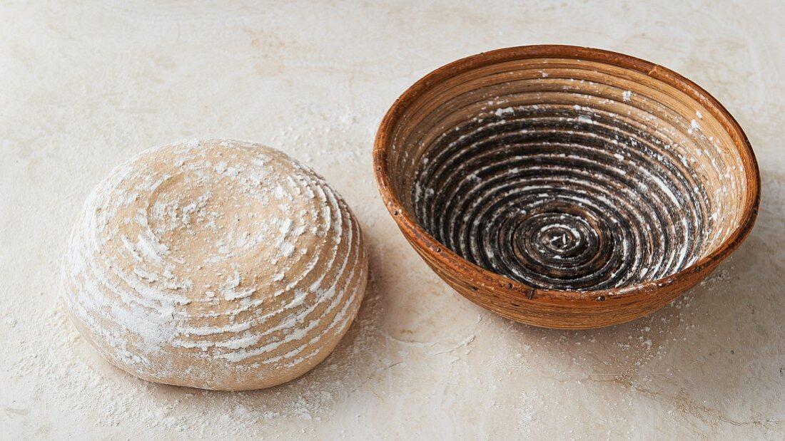 Brotlaib und Gärkörbchen