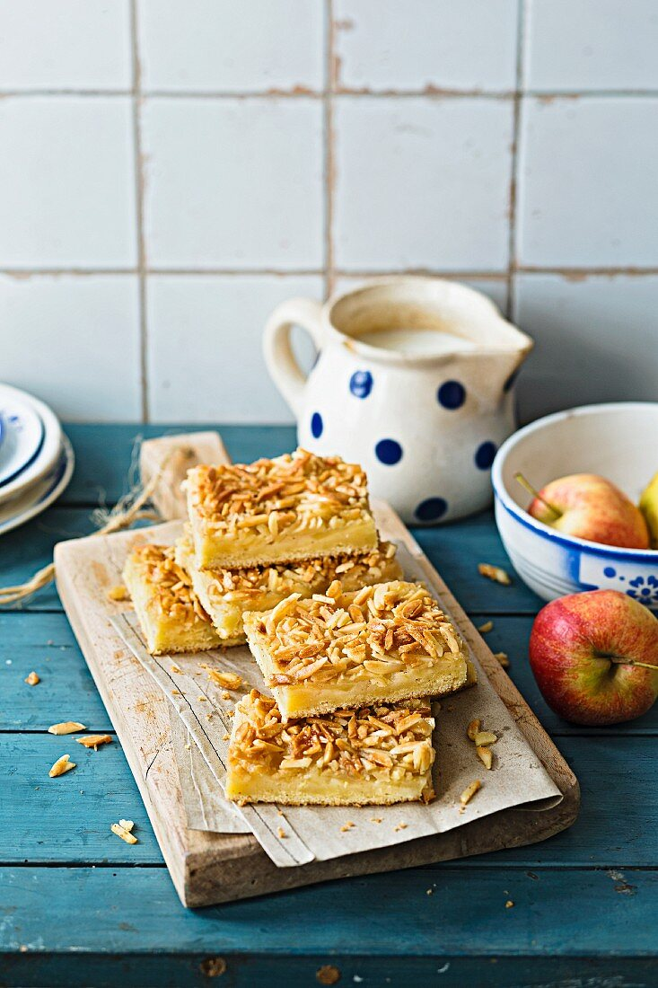 'Bienenstich' (caramelised almond cake) with apple