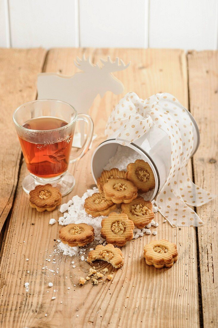 Caramel flowers: flower shaped Christmas biscuits